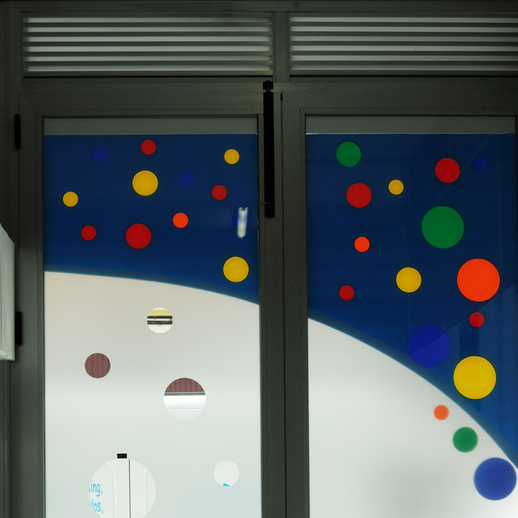 puerta vidrio con diseño de vinilo